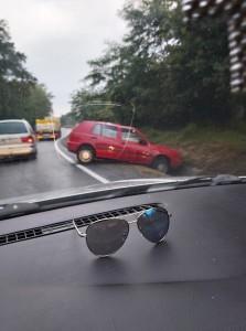 Accident pe Hula Bradului. O șoferiță a călcat prea tare pe a