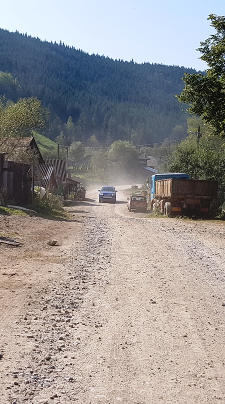 """Borca – locul unde """"pirații rutieri"""" duc copiii la școală, cu """"sprijinul"""" autorităților județene"""