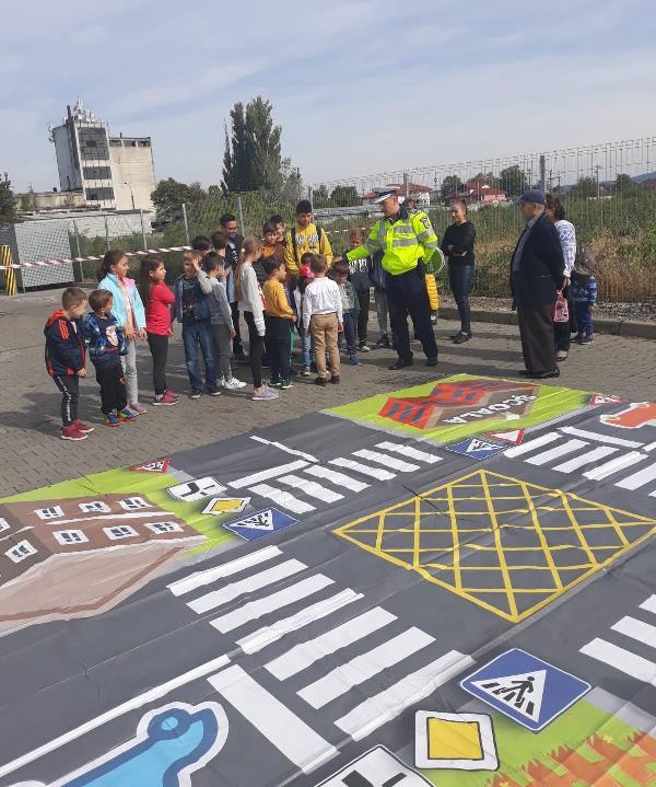 FOTO: Lecții de educație rutieră oferite de polițiști copiilor
