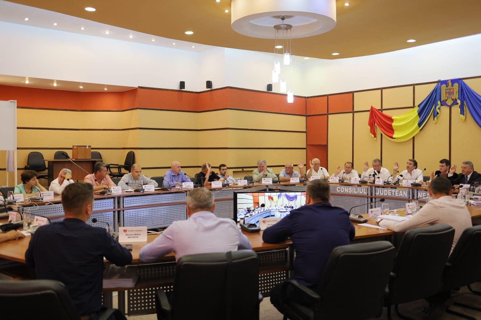 Ședință fără cvorum la Consiliul Județean Neamț: bugetul pus pe hold