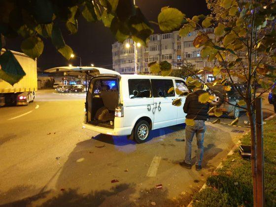 ACUM: Mașină vandalizată în Focșani. Două persoane duse la sediul poliției după un scandal în plină stradă