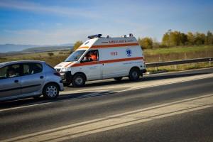 Două persoane au fost rănite, după ce un șofer a intrat cu mașina într-o casă, la Sadu