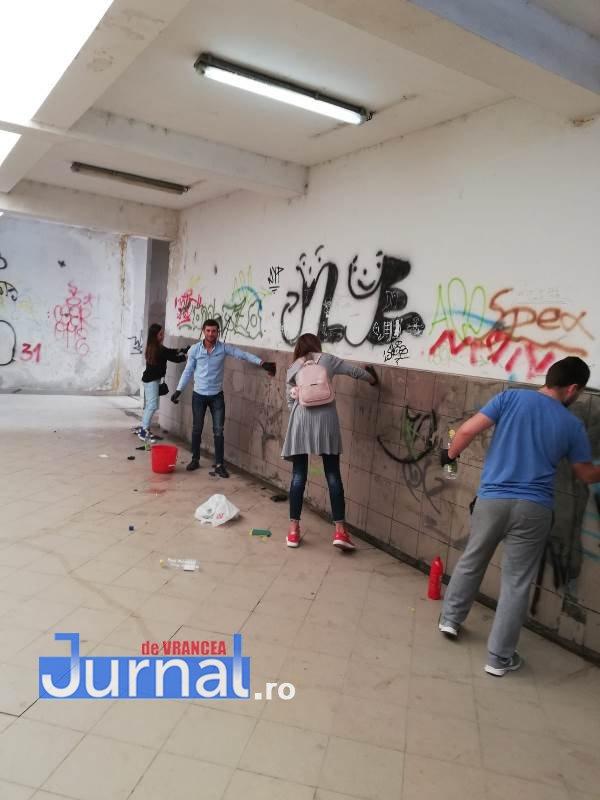 FOTO: Tinerii fac curățenie în pasajul Gării Focșani