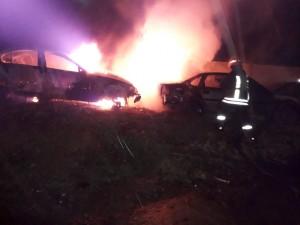 Incendiu la Mârșa: Două mașini au ars în totalitate, iar o a treia pe jumătate