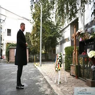 Klaus Iohannis a depus o coroana de flori la Colectiv