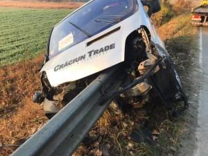 Un șofer a intrat cu mașina într-un parapet, după ce s-a ferit de o căprioară