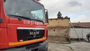 Actualizare. Incendiu la o casă din Cisnădie. Focul a fost stin