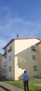 ACTUALIZARE-Un sibian s-a urcat pe acoperișul unui bloc și amenință că se sinucide