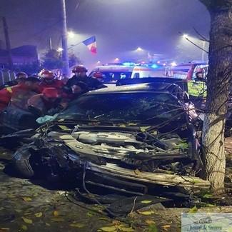 Doi tineri din Craiova au intrat cu masina intr-un copac