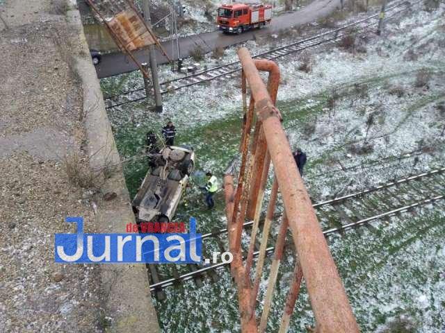 O mașină a sărit de pe pasarelă la Adjud, din cauza poleiului