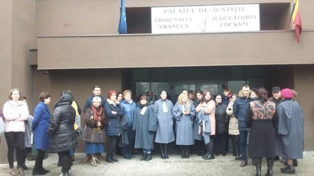 ACUM: Protest spontan al grefierilor. Angajații nu vor să rămână fără pensii speciale
