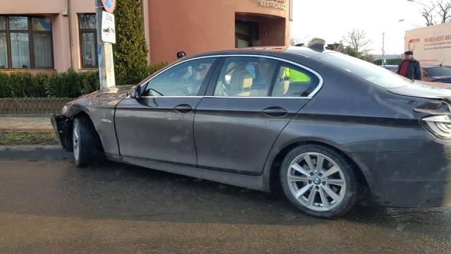 FOTO: Un autoturism BMW s-a oprit într-un stâlp de pe bulevardul București