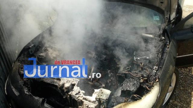 Un autoturism a luat foc, la Bârsești
