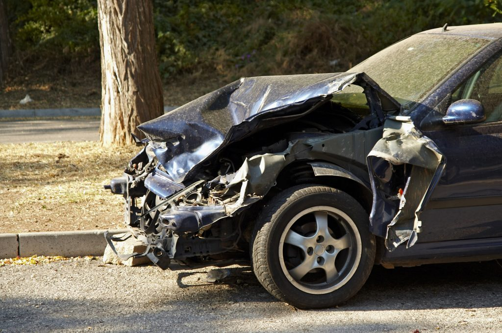 Aiud. O tânără de 19 ani a murit după ce mașina în care se afla s-a lovit de un stâlp