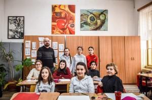 Elevi ai Liceului de Artă își donează banii strânși la bazar unui centru de plasament
