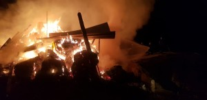 Incendiu la o casă din Mediaș. O persoană ar fi prinsă în interior