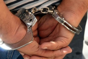 Patru bărbați au fost reținuți după ce au furat bani din aparate de cafea, apoi au tâlhărit două persoane