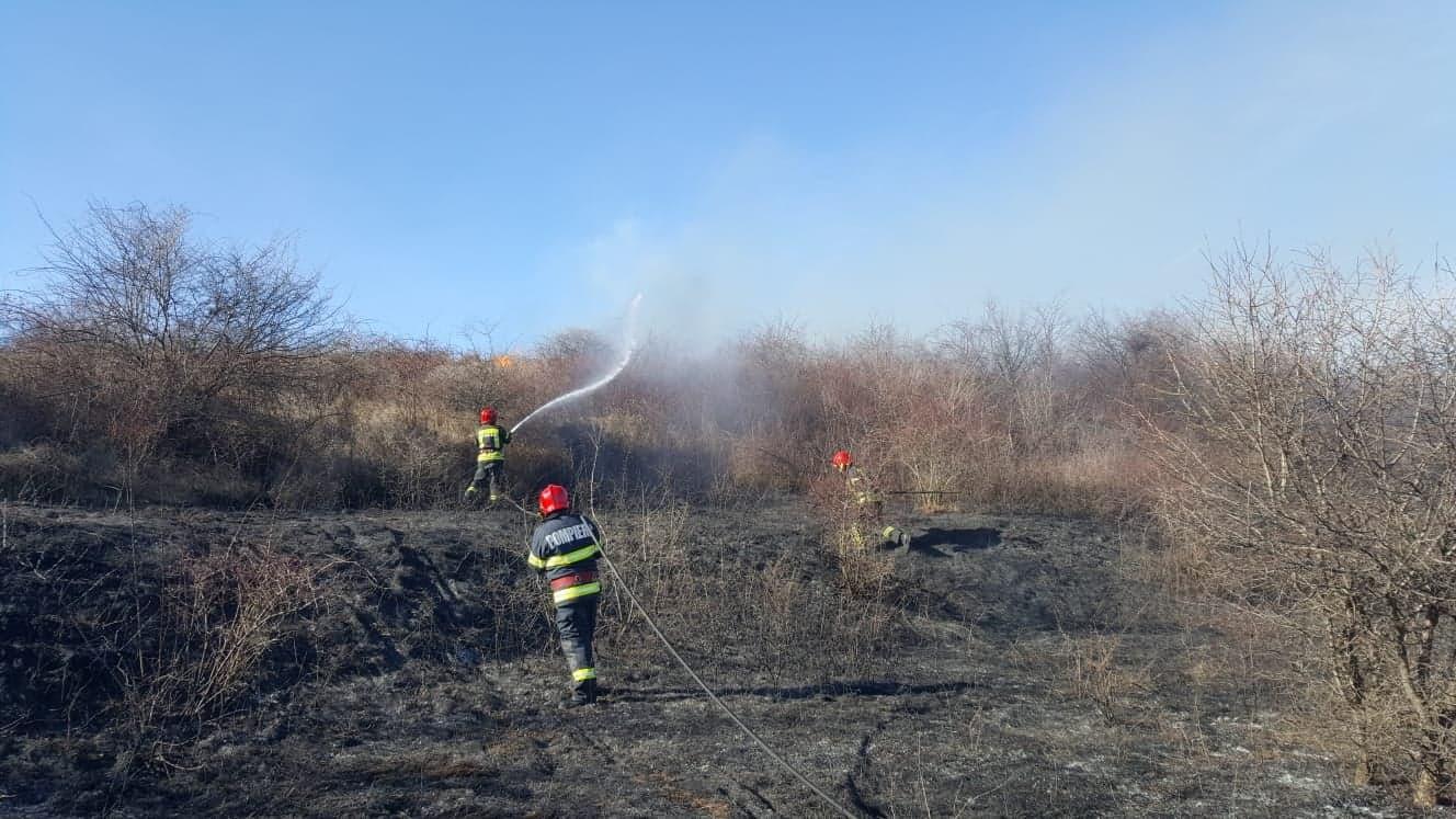 Weekend de foc pentru salvatorii teleorm?neni. 38 de incendii, 75