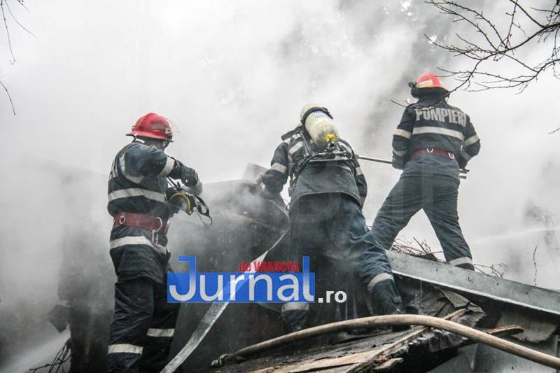 ACUM: Două anexe și acoperișul unei case din Gura Caliței cuprinse de flăcări