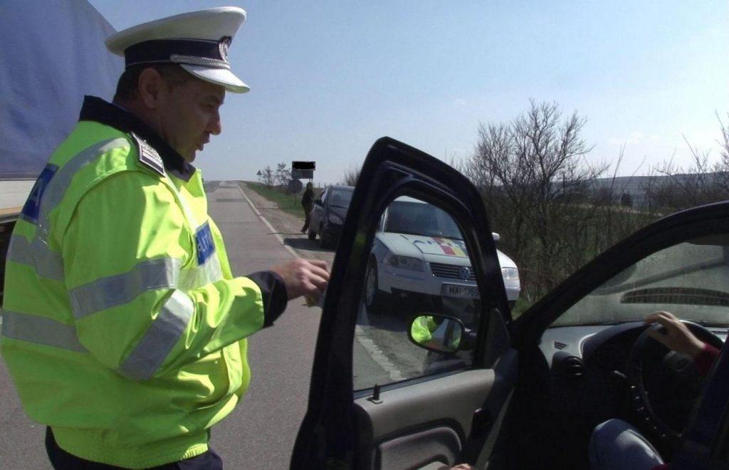 Polițiștii din Câmpeni au reținut patru permise și au dat amenzi de 16 000 de lei