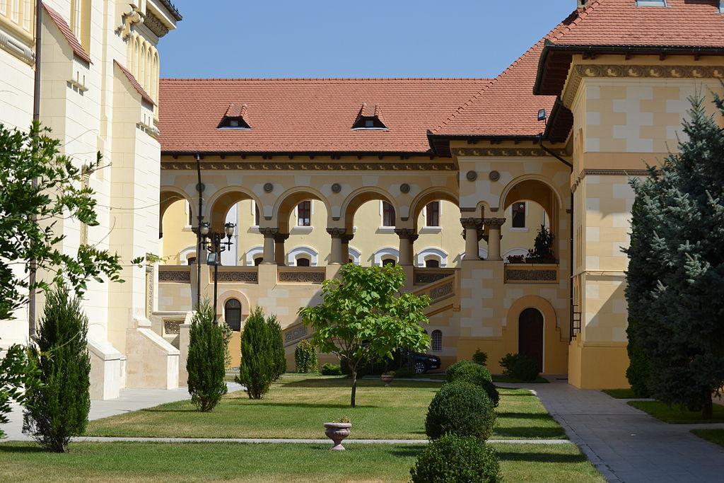 Arhiepiscopia Ortodoxă Alba Iulia donează combinezoane și măști de protecție Spitalului Județean
