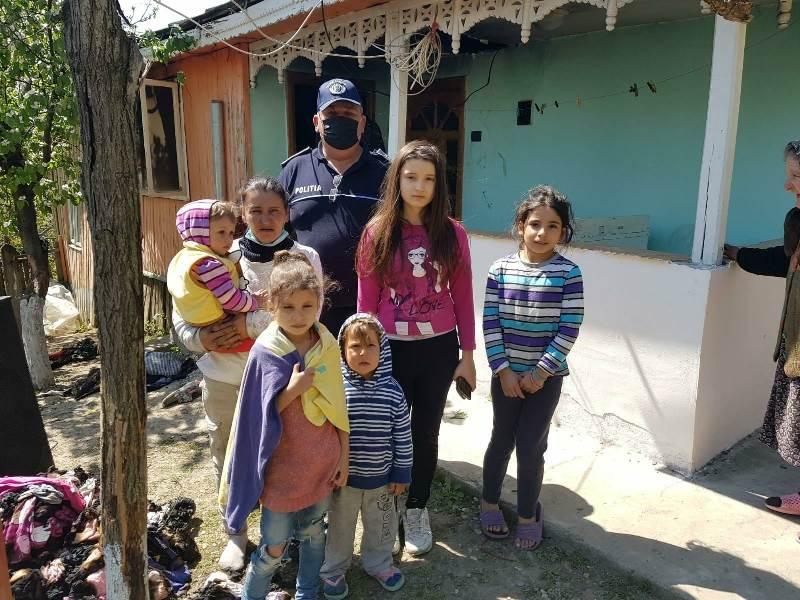 La un pas de tragedie! 6 copii din Poiana Cristei au fost salvați dintr-o casă cuprinsă de flăcări de polițiști și voluntari ai SVSU!