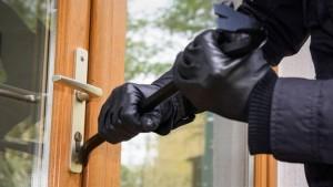 Bărbați reținuți după ce au furat din locuințe în construc