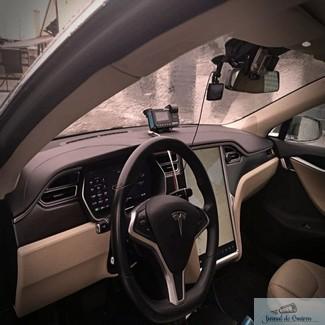 Galerie Foto : Un roman face taxi cu Tesla Model S. In ce oras ci
