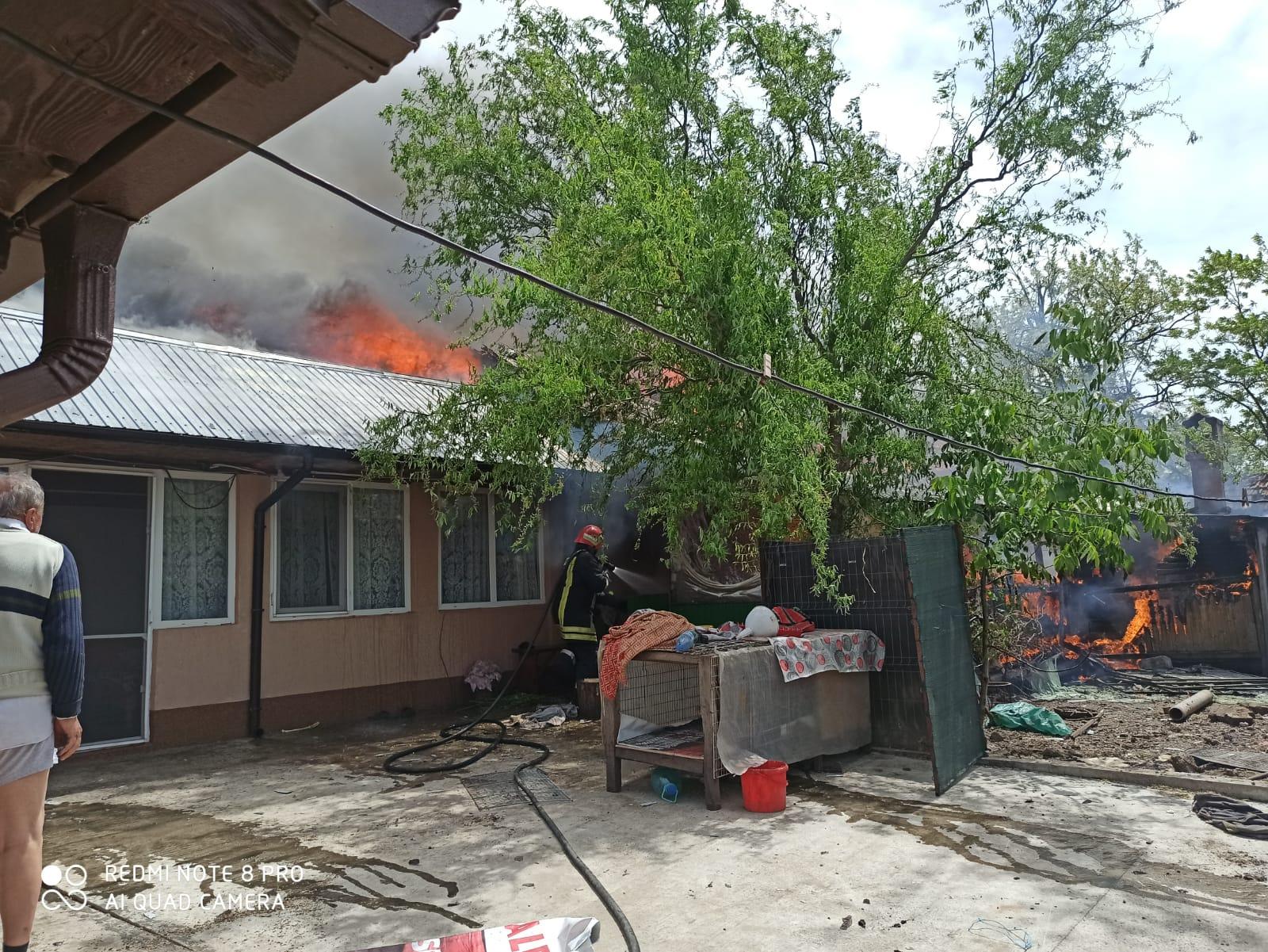 Incendiu puternic în Poeni. Jarul de la un gr?tar a distrus acop