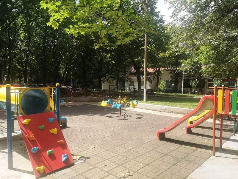 Administrația locală din Adjud pregătește locurile de joacă pentru copii în cadrul unui proiect derulat pe bani europeni
