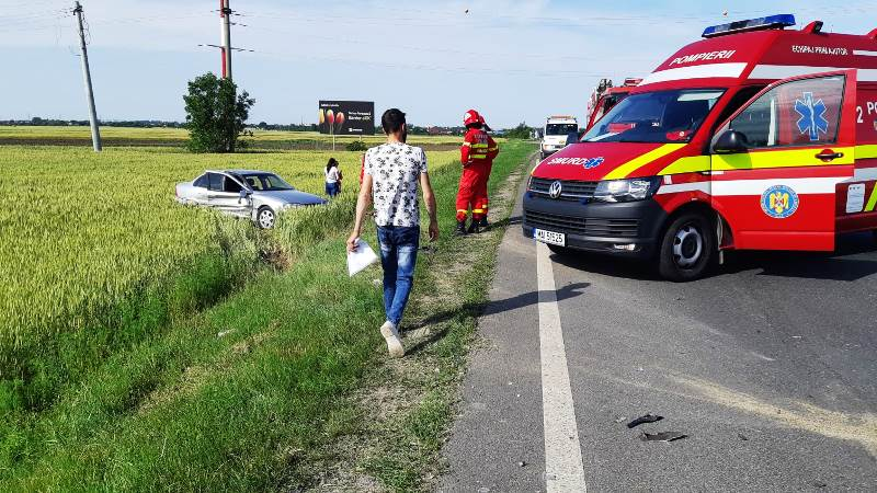 FOTO-ULTIMĂ ORĂ: Accident rutier pe DN2, la Cotești   O mașină a ajuns pe câmp