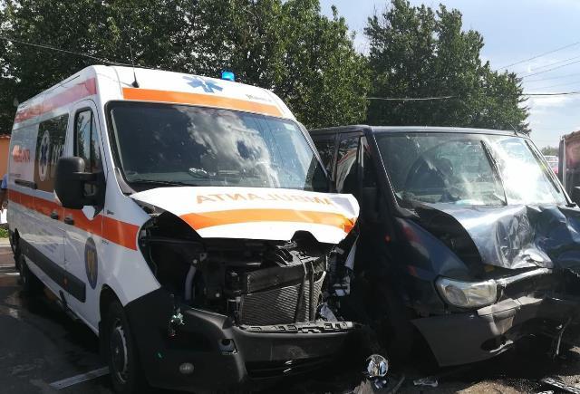 ULTIMĂ ORĂ: O ambulanță și un microbuz s-au ciocnit la Țifești