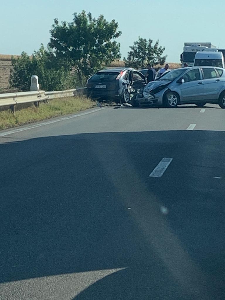 Accident pe E70, între Vitănești și Văceni, din cauza unei depășiri neregulamentare. Două persoane au ajuns la spital, iar o a treia a refuzat internarea