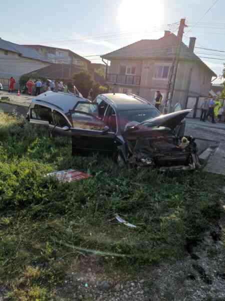 FOTO: Coliziune între trei mașini și un autotren pe DN 17, în