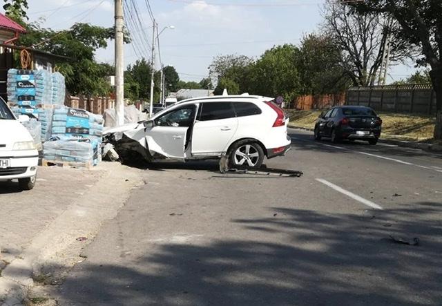 FOTO-ULTIMĂ ORĂ: Două mașini implicate într-un accident la Panciu
