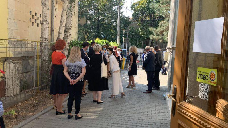 ACUM! Vizita ambasadorului SUA la Bibioteca Județeană blocată de primarul Focșaniului și vicepreședinții CJ Vrancea!
