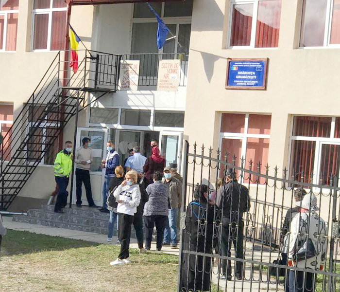 Acuzaţii la Grumăzeşti: Funcţionari din primărie sunt membri în secţii de votare, deşi au rude printre candidaţi