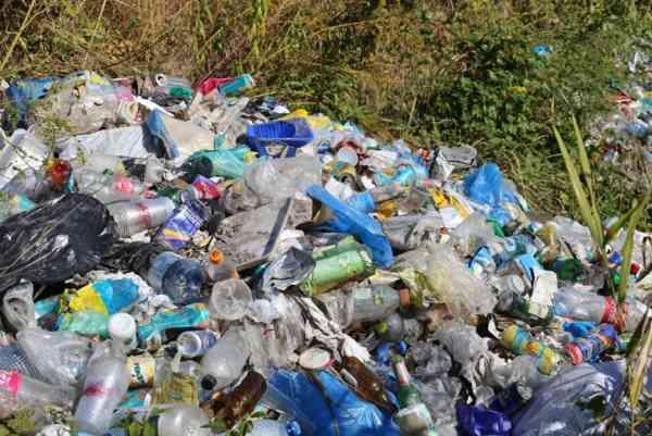 Deșeuri depozitate ilegal pe malul stâng al râului Șieu, într-o arie protejată