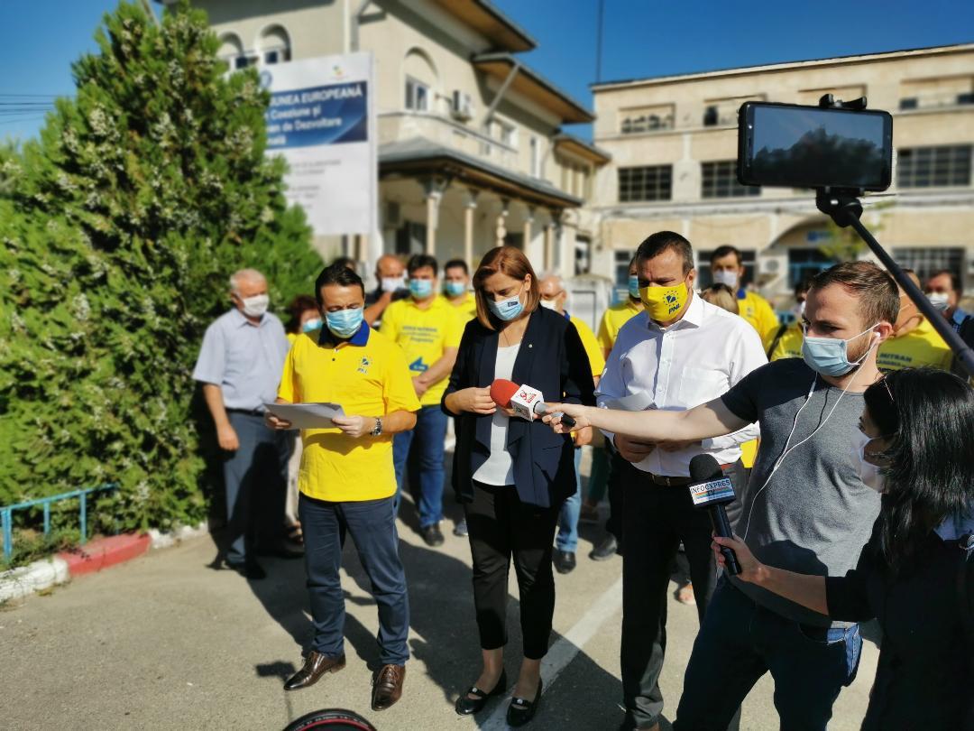 Revoltă în fața Apa Serv! Eugen Pîrvulescu și Vera Mitran au cerut demisia conducerii, responsabilă de calitatea îndoielnică a apei de la robinet