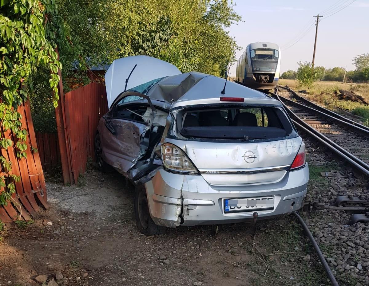 VIDEO! Autoturism spulberat de un tren, în satul Valea Cireșului. Șoferița de 23 de ani a ignorat semnalele acustice și luminoase