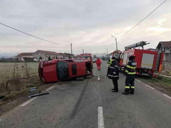 FOTO: Mașină răsturnată la Orheiu Bistriței; o victimă înc