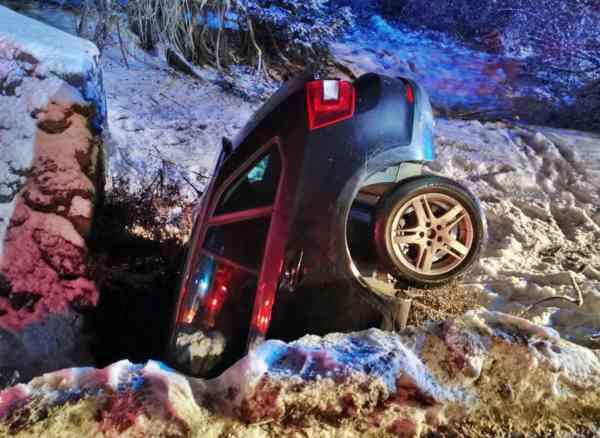 FOTO: Cascadorii rutiere în Dealul Târgului! Autoturism, înfip