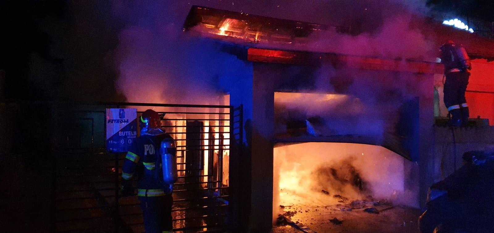 Incendiu violent la Țigănești, cu pericol de explozie a 20 de