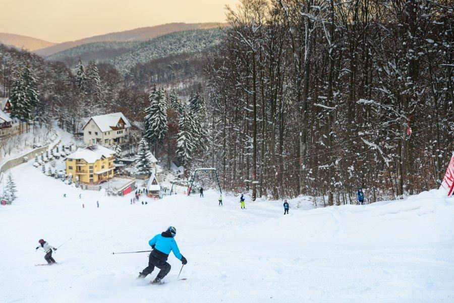Program zilnic 9:00-21:00 pe pârtiile de schi de la Şugaş Băi