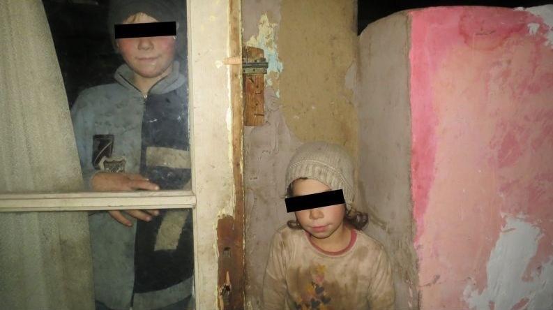 ROMÂNIA SĂRACĂ. 3 copii trăiesc în întuneric și-n noroi