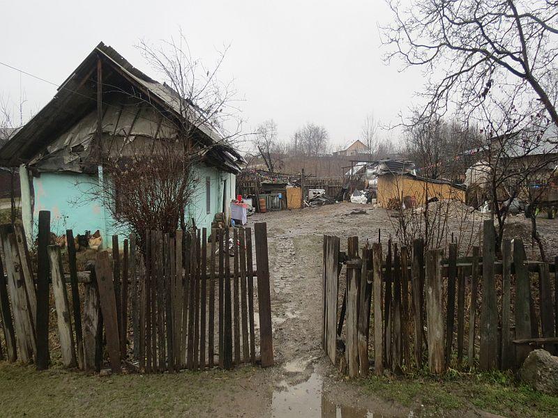ROMÂNIA SĂRACĂ. O femeie cu 5 copii locuiește într-o casă c