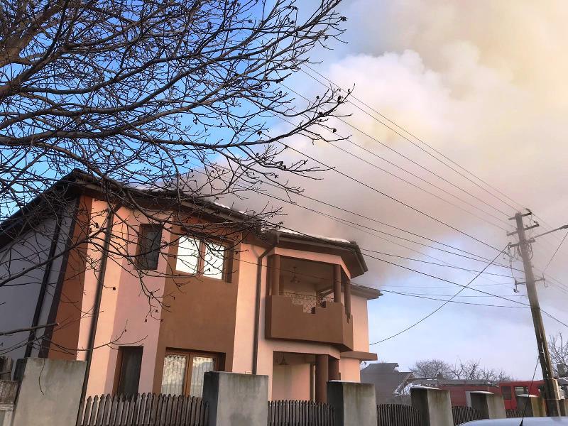 ULTIMA ORĂ: Casă în flăcări la Urechești   Pompierii interv
