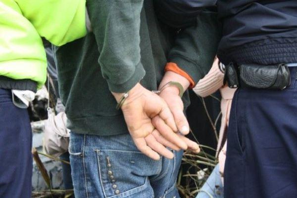 Bărbat din Suhaia, reţinut de poliţişti, în baza unui mandat