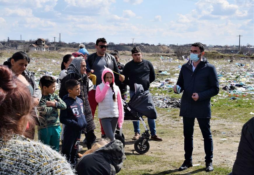 Primarul Carabelea, în vizită de ziua lor la romii din Văleni
