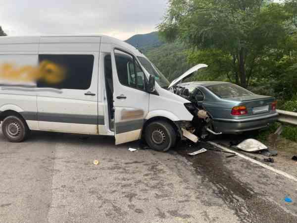 Autoturism, lovit de o autoutilitară, în Tihuța! Tânăr, la s